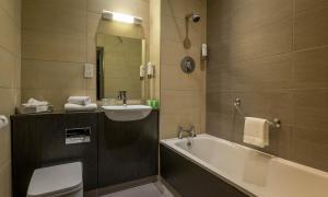 A bathroom at Maldron Hotel Shandon Cork City