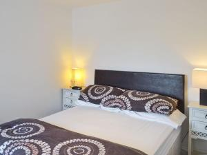 A bed or beds in a room at Oak Tree 1