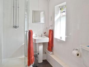 A bathroom at Oak Tree 1
