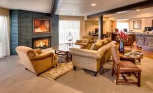 A seating area at The Lodge at Eagle Crest