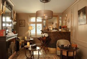 A restaurant or other place to eat at La Maison De Lucie