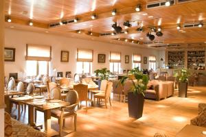 A restaurant or other place to eat at Hotel Zagorodny Ochag
