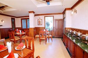 A restaurant or other place to eat at Sun n Snow Inn by Leisure Hotels