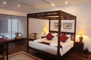 A bed or beds in a room at Heeren Palm Suites