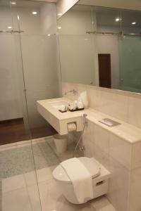 A bathroom at Heeren Palm Suites