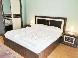 A bed or beds in a room at Pension Weisses Lamm