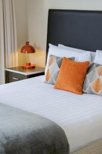A bed or beds in a room at Quest on Queen Serviced Apartments