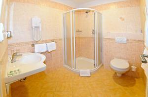 A bathroom at Alexis