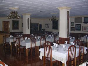 A restaurant or other place to eat at Hostal El Mirador