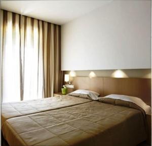 En eller flere senger på et rom på Astoria Hotel