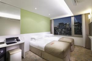 A bed or beds in a room at Staz Hotel Myeongdong 2