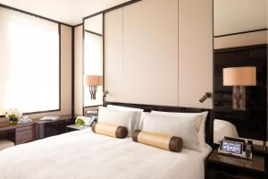 A bed or beds in a room at The Peninsula Hong Kong