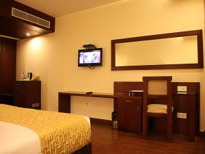 A television and/or entertainment centre at Hotel Cama