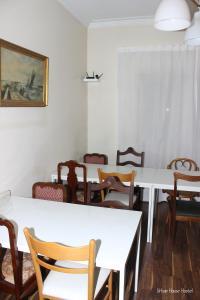 Um restaurante ou outro lugar para comer em Urban House Hostel