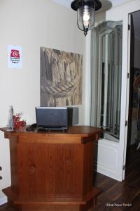 Uma TV ou centro de entretenimento em Urban House Hostel