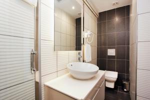 A bathroom at Miller Hotel