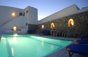 Der Swimmingpool an oder in der Nähe von Yanna Luxury Suites (Asteri Suites)