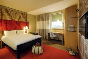A bed or beds in a room at Ibis Berlin Hauptbahnhof