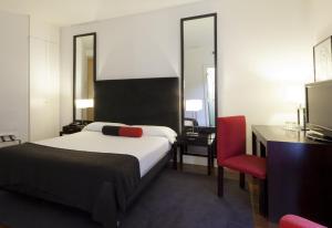 A bed or beds in a room at Quatro Puerta del Sol