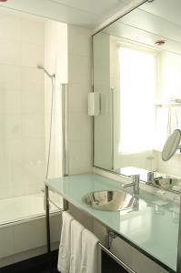 A bathroom at Quatro Puerta del Sol