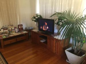A television and/or entertainment center at Admurraya House Bed & Breakfast