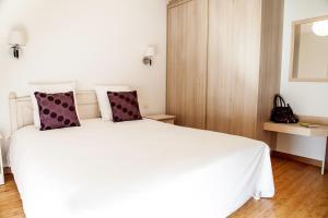 A bed or beds in a room at Hôtel Le Ménestrel