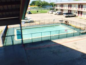 A view of the pool at Austin Motor Inn or nearby