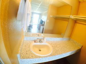 A bathroom at Austin Motor Inn