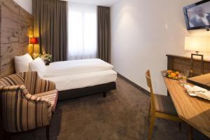 سرير أو أسرّة في غرفة في فندق إيدن وولف