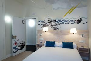 A bed or beds in a room at Hotel Tematico Do Banco Azul