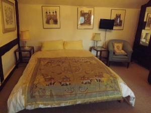 A bed or beds in a room at The Old Court House Guest House