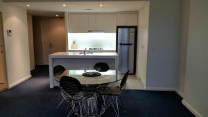 A kitchen or kitchenette at Wyndel Apartments - Shelley