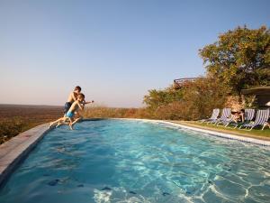 Piscine de l'établissement Gondwana Etosha Safari Lodge ou située à proximité