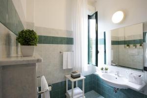 A bathroom at Hotel Angiolino
