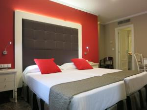 A bed or beds in a room at Hotel Boutique Catedral
