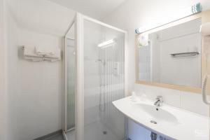 A bathroom at Hotel First Rodez