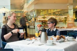 A restaurant or other place to eat at Maritim Hotel Magdeburg