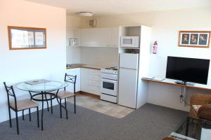 A television and/or entertainment center at Narooma Palms Holiday Apartments