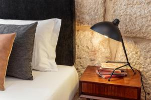 A bed or beds in a room at Oporto Chic & Cozy Studio Apartments