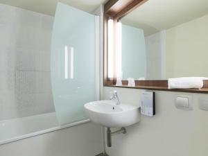 A bathroom at Campanile Saint-Dié
