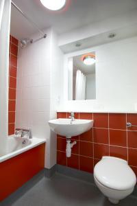 A bathroom at Travelodge Limerick