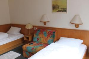 A bed or beds in a room at Gasthof Jäger