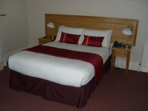 A bed or beds in a room at Phoenix Park Hotel