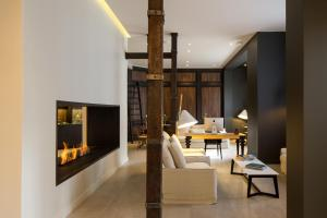 A television and/or entertainment center at Hotel Altiplanico Bellas Artes