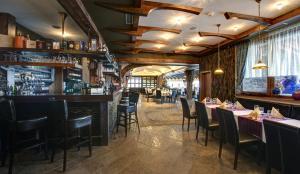 Reštaurácia alebo iné gastronomické zariadenie v ubytovaní Hotel Galileo Donovaly