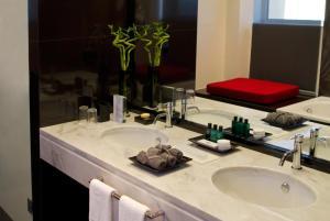 A bathroom at Hotel Dighton