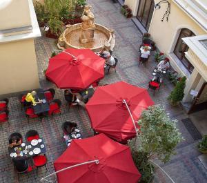 Un restaurante o sitio para comer en Hotel Garden Palace