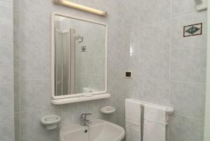 A bathroom at Hotel Del Postiglione