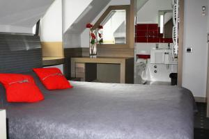 A bed or beds in a room at Garni Hotel Leopold I