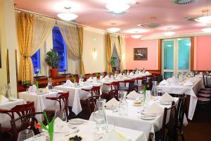 A restaurant or other place to eat at Hotel U Divadla